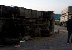 Tarım işçilerini taşıyan minibüs, kamyon ile çarpıştı