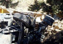 Taş yüklü kamyon devrildi: 1 yaralı