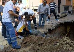 Kanalizasyonda çalışan işçinin üzerine toprak kaydı