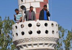 Telefonla konuşmak için minareyi kullanıyorlar