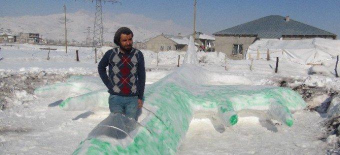 Yüksekova'da kardan savaş uçağı yaptı