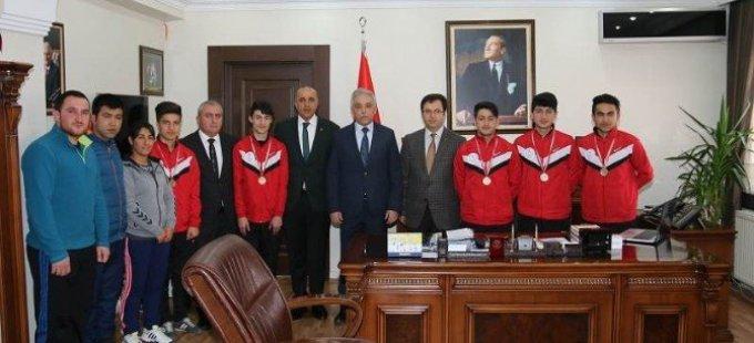 Vali Toprak, şampiyon tenisçileri kabul etti