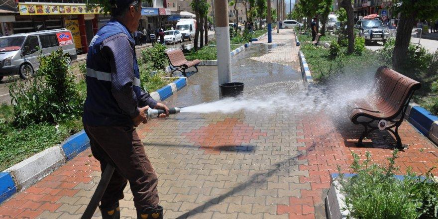 Yüksekova Belediyesi çarşıdaki caddeleri yıkadı