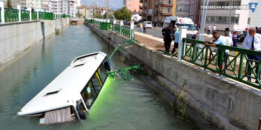 Halk otobüsü kanala uçtu