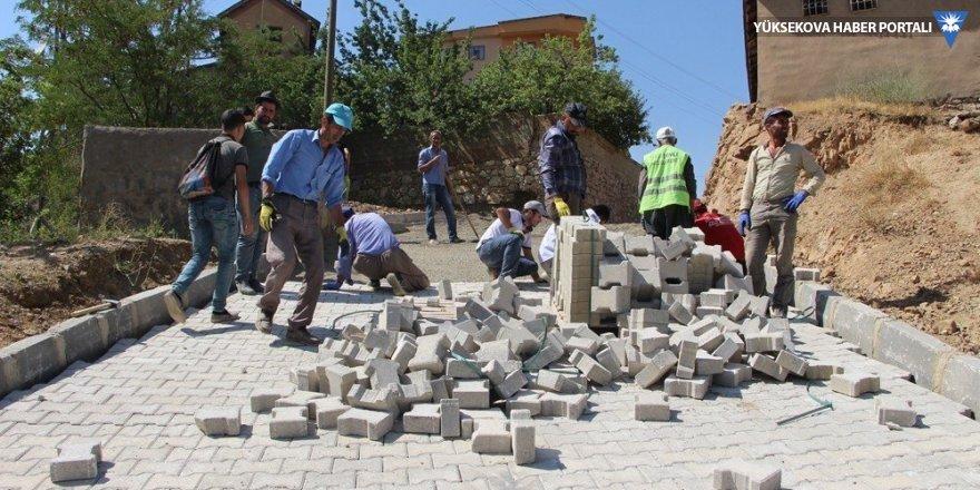 Şemdinli'de parke döşeme çalışmaları devam ediyor