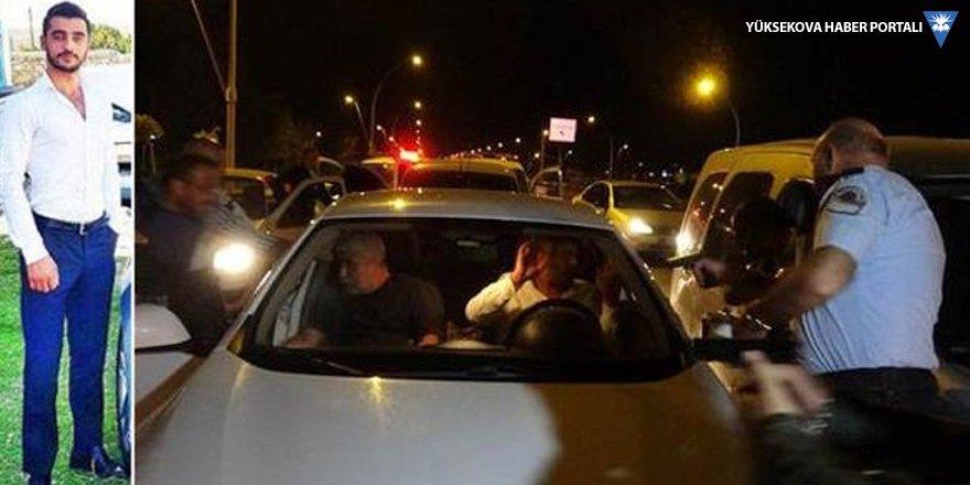 Katillerin peşine düşen polis kamyonla yol kapattı