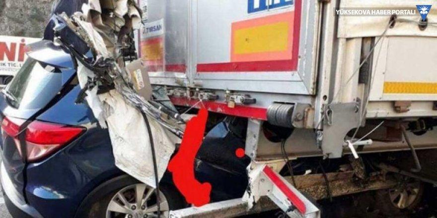 Otomobil, park halindeki TIR'a çarptı: 5 ölü