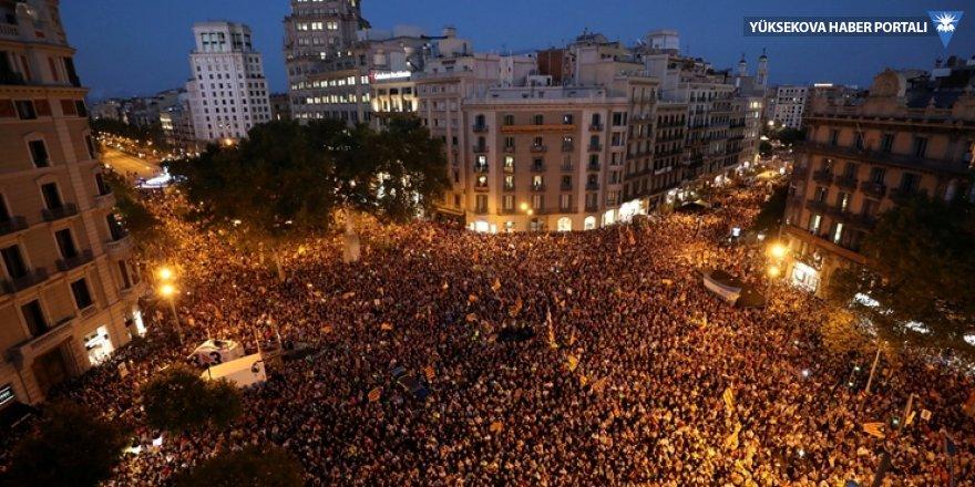 Katalanlar İspanyol hükümetinin baskınları sonrası sokaklara döküldü