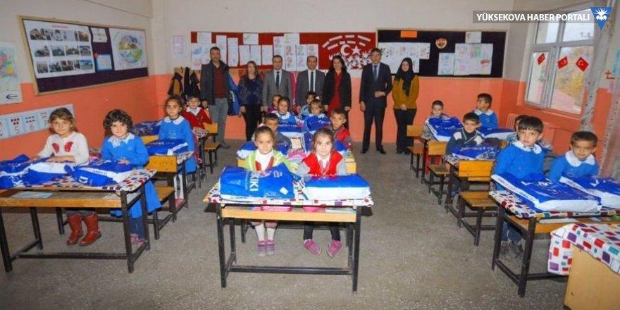 Çukurca'da 2 bin 65 öğrenciye yardım
