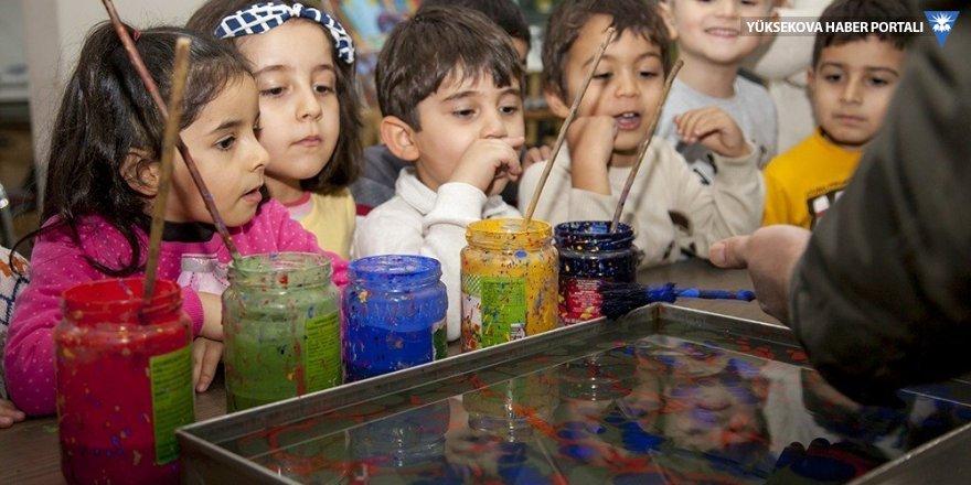 Minik öğrenciler Ebru sanatı öğreniyor
