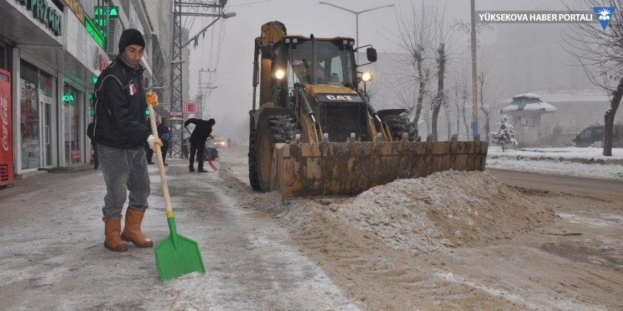Yüksekova'da cadde ve kaldırımlarda buz küreme çalışması