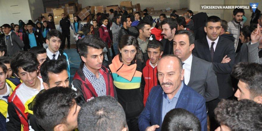Yüksekova'da 2 bin 500 öğrenciye ayakkabı ve eşofman takımı dağıtıldı