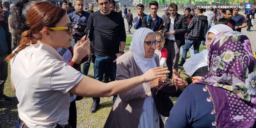 Siirt'te Newroz kutlamasına katılanların kimliklerinin fotoğrafı çekildi