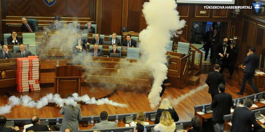 Kosova Meclisi'ne gaz bombası atıldı