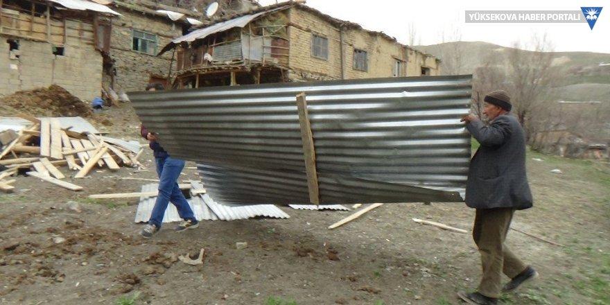 Hakkari'de fırtına çatıları uçurdu