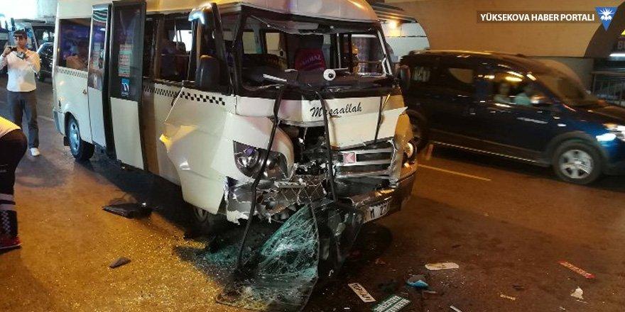 Topkapı'da minibüs ve otobüs çarpıştı: 10 yaralı