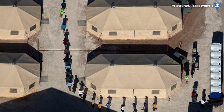 Ailelerinden alınan göçmen çocuklar kamplarda tutuluyor