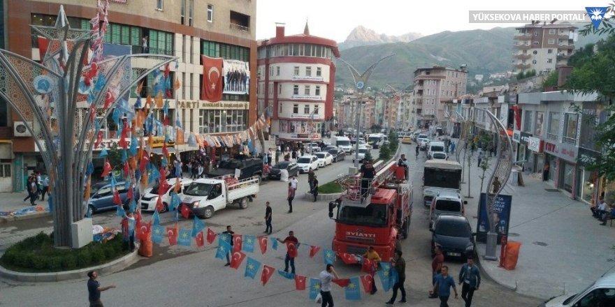 Hakkari'de partilerin bayrakları yasaklar kapsamında söküldü