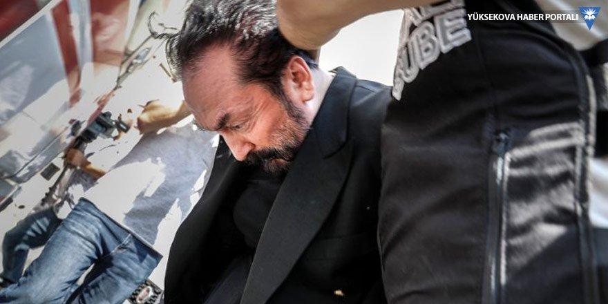 Adnan Oktar'dan soru soran gazetecilere sus işareti