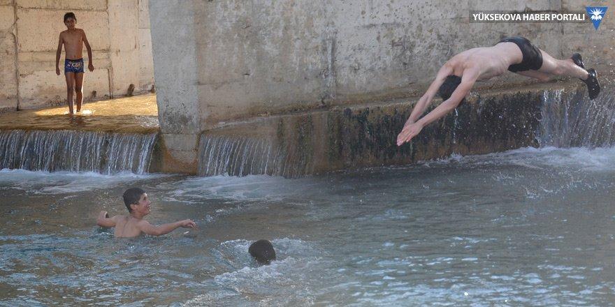 Yüksekovalı gençler Köprücük deresinde serinliyor