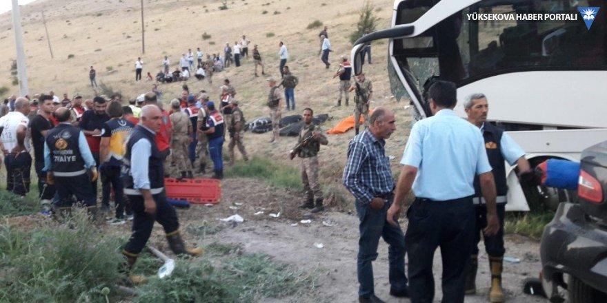 Van'da otobüsle otomobil çarpıştı: 5 ölü, 18 yaralı