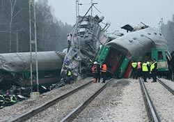 İki tren çarpıştı: En az 40 ölü