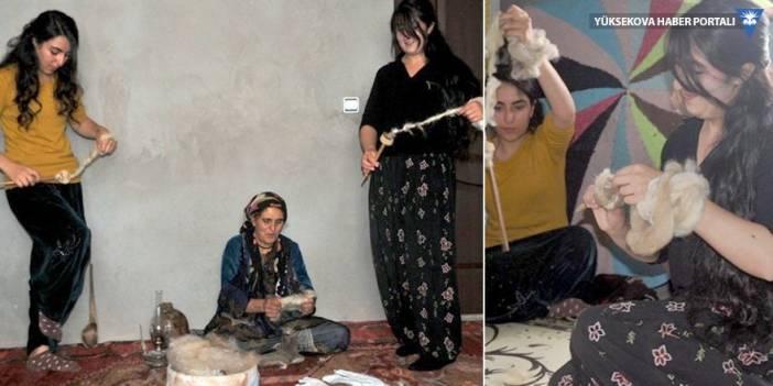 Yüksekovalı aile, teşi (öreke) kültürünü kızlarına öğretiyor