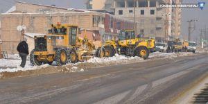 Yüksekova'da kaldırımlarda kar temizliği yapıldı