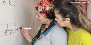 Hakkari'de 5 bin kadın okuma yazma öğreniyor