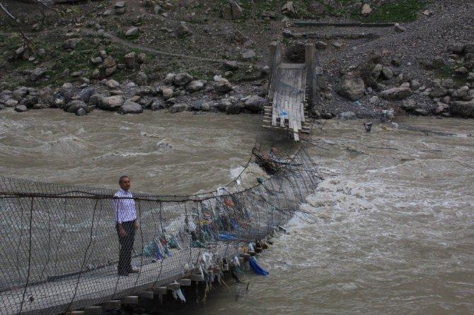 Zap Suyu köprüleri yutunca devreye teleferik girdi