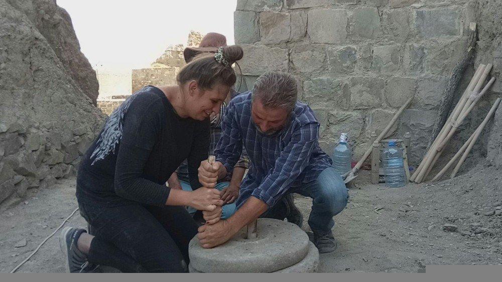 Hoşap Kalesi'nde 300 yıllık el değirmeni gün yüzüne çıkartıldı