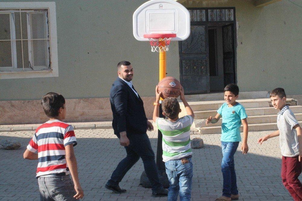 Üniversite öğrencisinden köy okuluna yardım