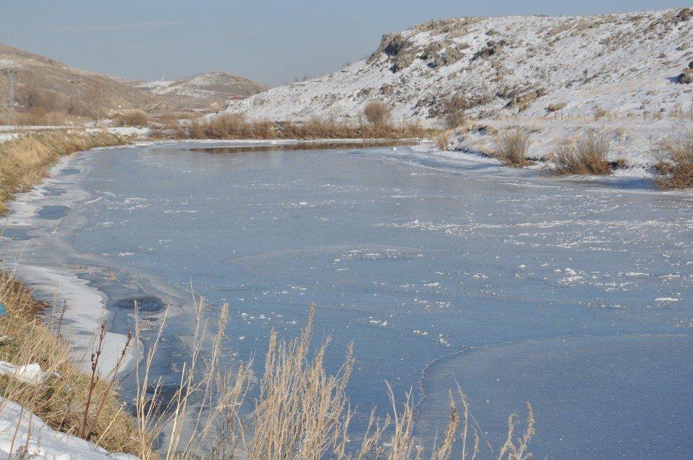 Hava sıcaklığının eksi 19'u gördüğü Kars'ta, Kars Çayı dondu